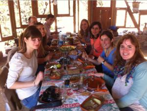 Disfrutando de un delicioso almuerzo en compañía de los anfitriones